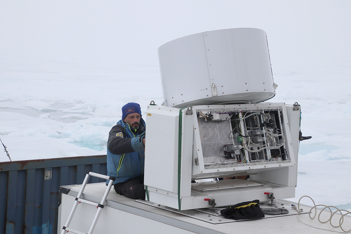 Ian Brooks arbetar med molnradarn